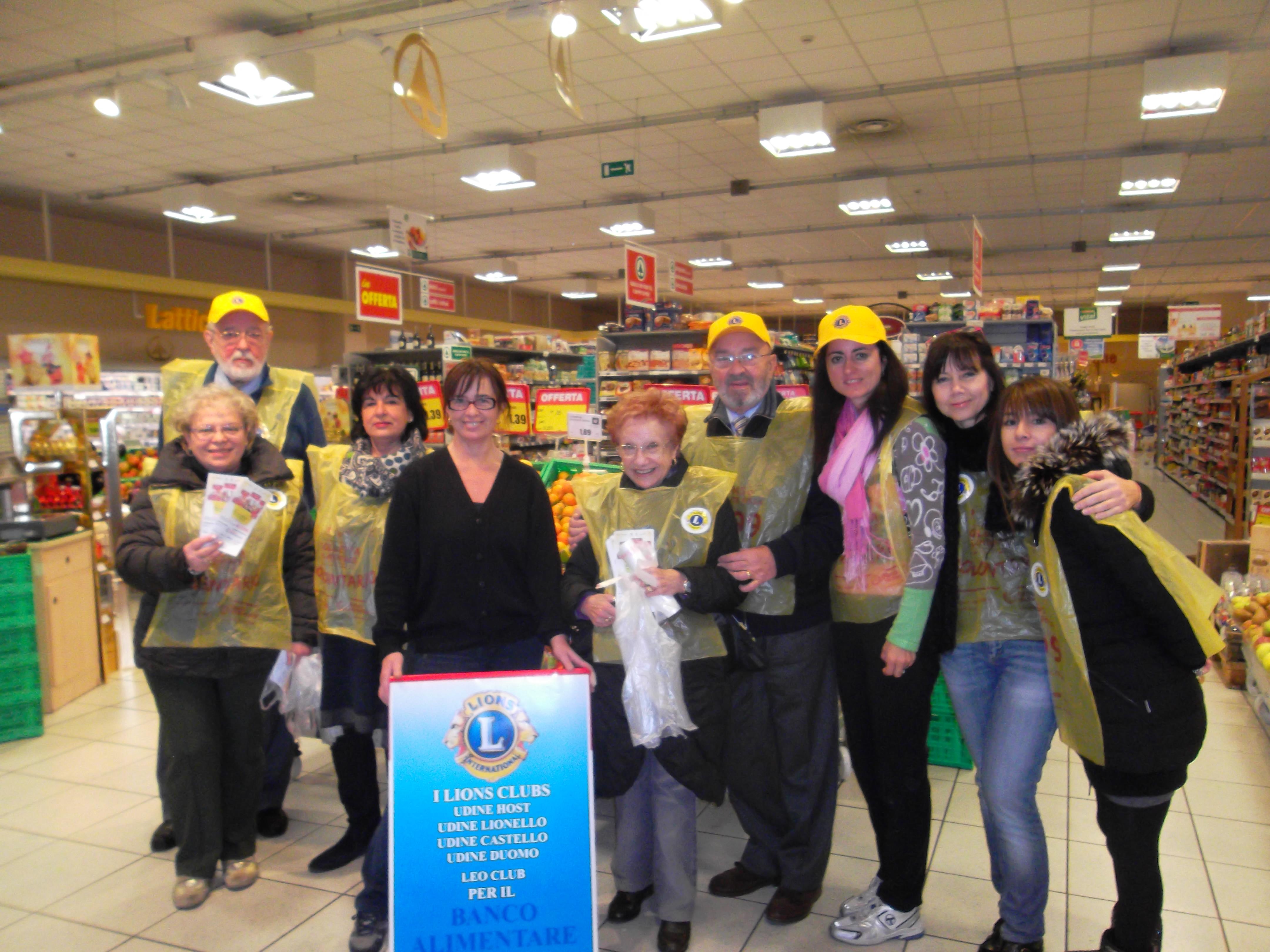Alcuni dei Lions dei 4 Clubs e il Leo udinesi ritratti con la responsabile dell'ipermercato il 30 novembre giorno della colletta per il Banco Alimentare
